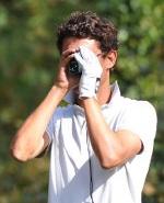 Golfeur utilisant un télémètre laser