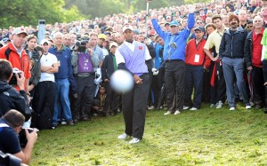Tiger Woods rate sa balle, mais pas le photographe