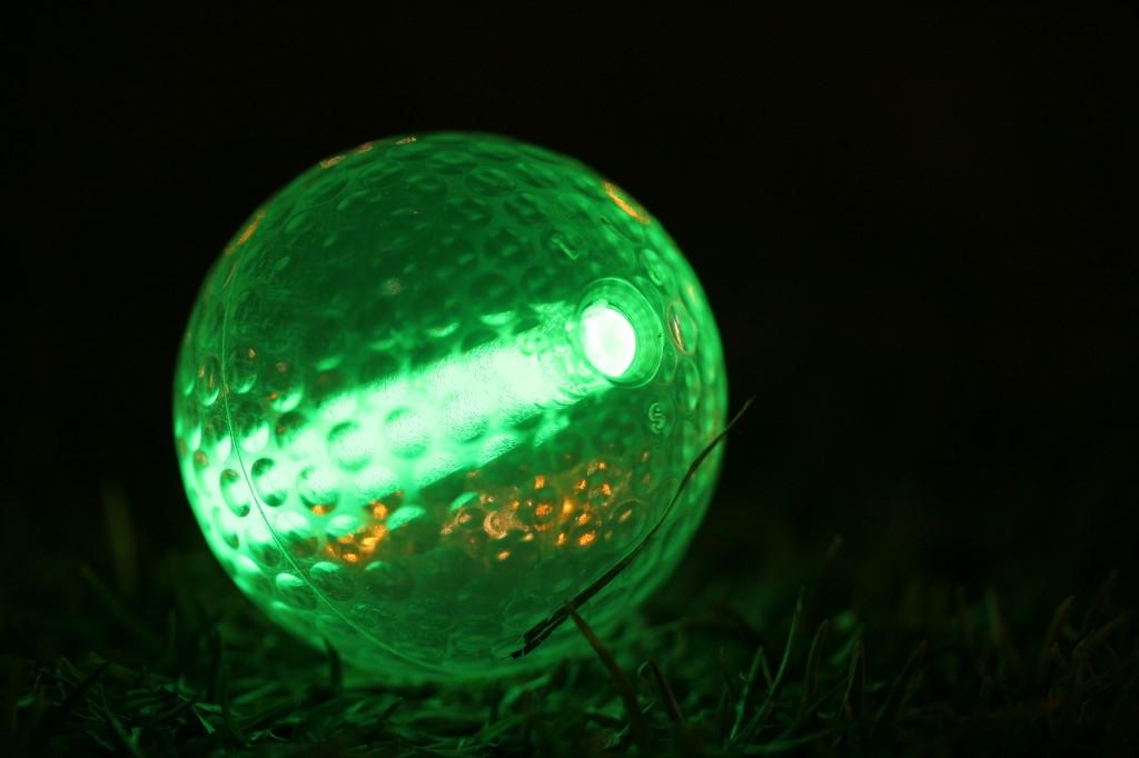 jouer au golf de nuit une exp rience amusante. Black Bedroom Furniture Sets. Home Design Ideas